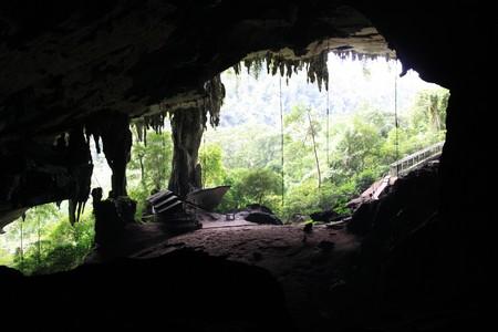 ボルネオ、マレーシアのニア国立公園内の大きな洞窟の入り口