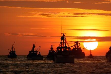 夕日と海 ij マンコラ、ペルーの漁船