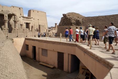 horus: Turistas en el camino de Horus templo de Edfu, Egipto