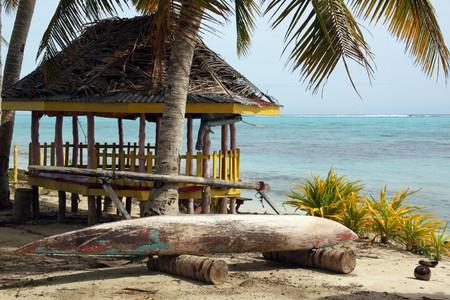小屋やボート サバイネイサン、サモアのビーチでヤシの木の下で