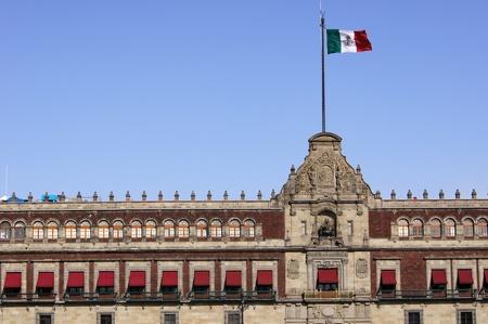 メキシコの大統領宮殿の屋根の上のメキシコの旗