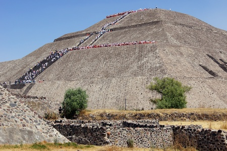 ancient civilisations: People on the staircase of Sun piramid in Teothuacan, Mexico