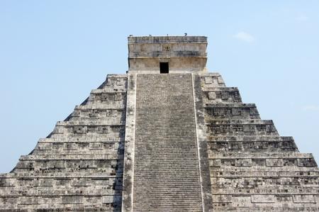 kukulkan: La parte superior de la pir�mide de Kukulc�n en Chich�n Itz�, M�xico                  Foto de archivo