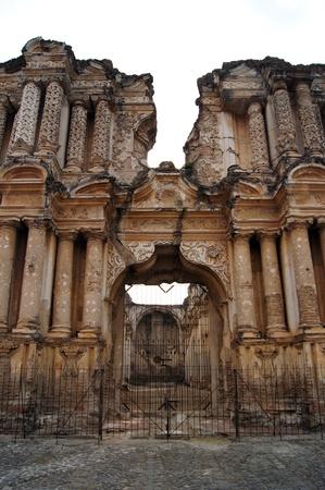 Façade de la vieille église de ruines dans une rue de Antigua Guatemala                   Banque d'images - 9845563