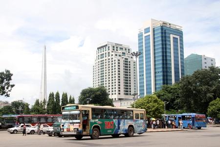 central square: Bus nella piazza centrale di Yangon, Myanmar