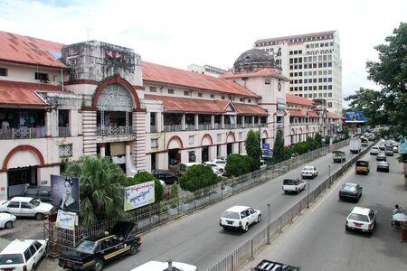 birma: Straat en marketr gebouw in Yangon, Myanmar
