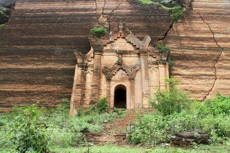 buddhist stupa: Ladrillo viejo budista estupa en Mingun, Myanmar