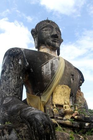 Big Bouddha en pierre dans le temple en ruine, Sienghuang, le Laos Banque d'images - 11223691