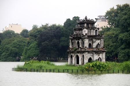 ベトナム ・ ハノイのホアンキエム湖の有名なパゴダ 写真素材