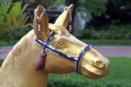 racehorses: Gouden hoofd van het paard op de boeddhistische heiligdom in Dusit park, Bangkok, Thailand Stockfoto