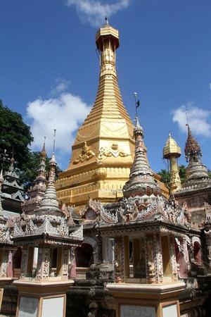 stupas: Fila di stupa piccoli Mohnyin Thambuddhei Paya, Moniwa, Myanmar Archivio Fotografico