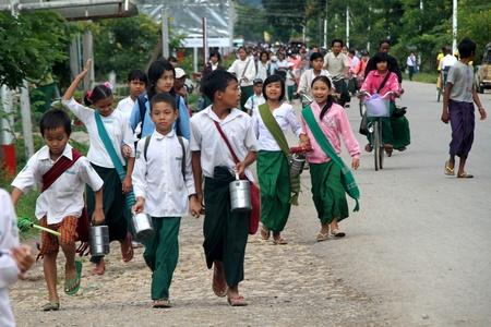 男の子と女の子の学校からの道はミャンマーでの家に戻る