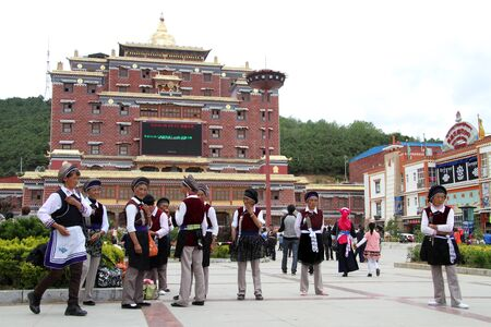 Tibetian women on the square in Shangri-La, China Sajtókép