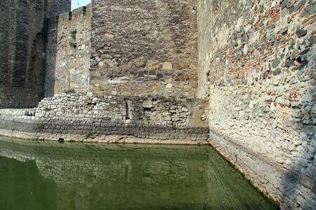 siervo: Paredes de piedra y zanjas siervo en la fortaleza de Smederevo en Serbia Editorial