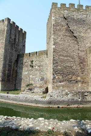 siervo: Las torres y zanjas siervo en la fortaleza de Smederevo en Serbia