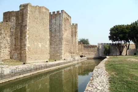 serf: Mur de la forteresse et de l'eau dans le foss� serf � Smederevo, Serbie