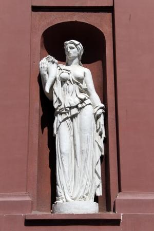 statue grecque: Ancienne statue grecque sur le mur � Sophia, en Bulgarie