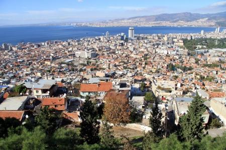 湾およびトルコのイズミールの建物