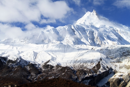 네팔의 마나슬 및 눈 봉우리