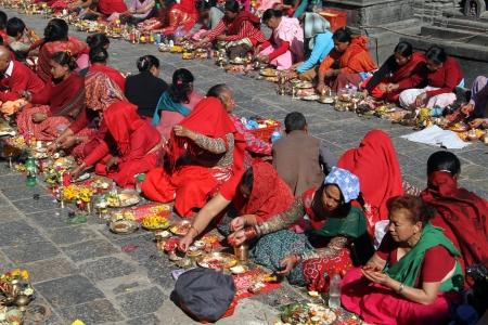 hinduist: KATHMANDU, NEPAL - CIRCA NOVEMBER 2013 Rows of women on the special ceremony near stupa Swayambhunath