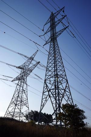 torres el�ctricas: Grandes torres con cable el�ctrico y el cielo en Israel