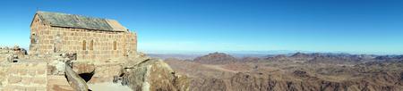 mount sinai: Pequeña iglesia en la cima del monte Sinaí y panorama de las montañas en Egipto Foto de archivo