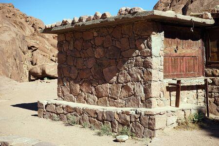 mount sinai: edificio de piedra en el camino a la cima del monte Sinaí, Egipto