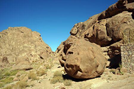 mount sinai: Acera y cantos rodados en el monte Sinaí en Egipto