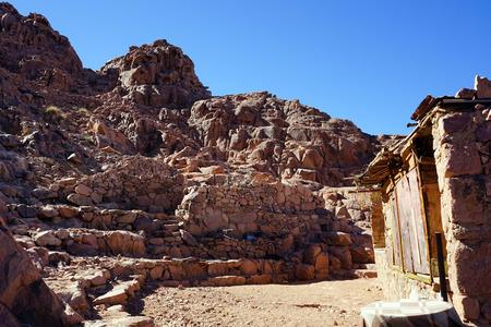 monte sinai: Piedra cobertizo cerca de sendero turístico en el monte Sinaí en Egipto Foto de archivo