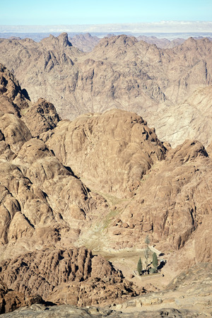 monte sinai: Vista desde la cima del monte Sinaí en Egipto