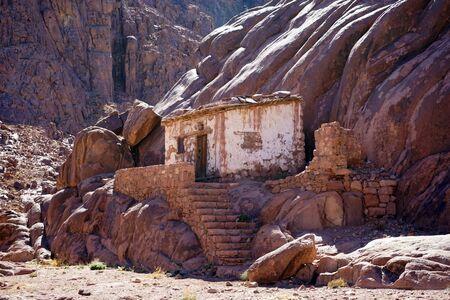 monte sinai: Stone building on the slope of mount Sinai in Egypt
