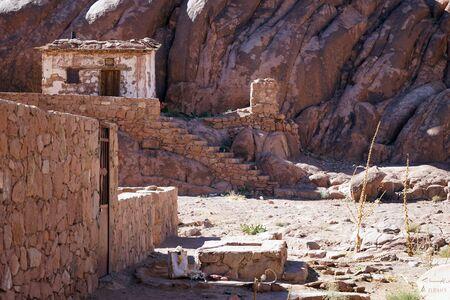 monte sinai: Casa de la granja con el pozo en el monte Sina� en Egipto Foto de archivo