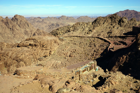 monte sinai: sendero turístico en el monte Sinaí en Egipto