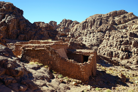 mount sinai: edificio sin techo en el monte Sinaí en Egipto