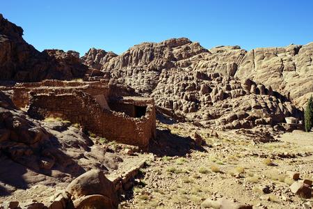 monte sinai: Peque�o oasis con edificio en ruinas en el monte Sina� en Egipto