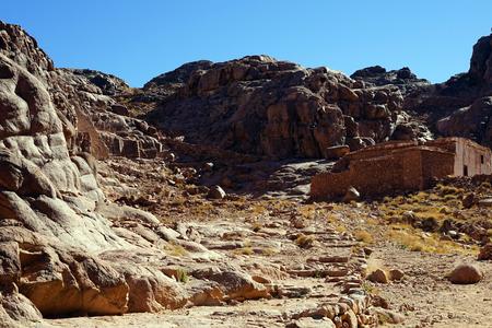 monte sinai: edificio de piedra en la ladera del Monte Sinaí en Egipto