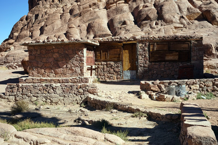 monte sinai: casa de piedra en el monte Sinaí en Egipto