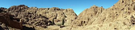 monte sinai: Pequeño oasis con edificio en ruinas en el monte Sinaí en Egipto