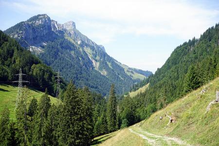 torres el�ctricas: Pista y el�ctricos torres de alta tensi�n en el valle de monta�a en Suiza