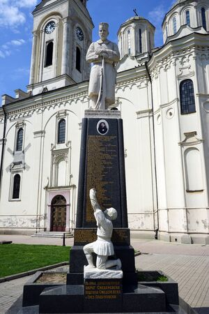worl: SMEDEREVO, SERBIA - CIRCA MAY 2016 Monument of heroes Worl War One near cathedral on the main square