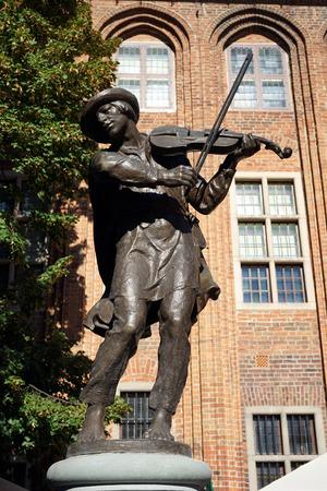 violinista: TORUNJ, Polonia - alrededor de 2016 AUGUAT Escultura del violinista