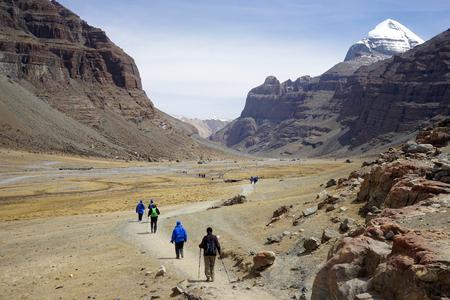 Monte Kailash y mochileros en el Tíbet Foto de archivo