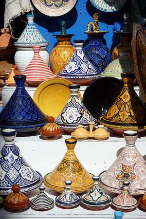 Plates on the shelfs on the street market in Morocco Zdjęcie Seryjne