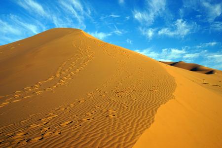 Footsteps on the dune in Sahara desert near Merzuga village, Morocco Standard-Bild - 97704109