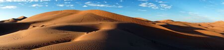 Panorama of dunes in Sahara desert near Merzuga village in Morocco Standard-Bild - 97705721