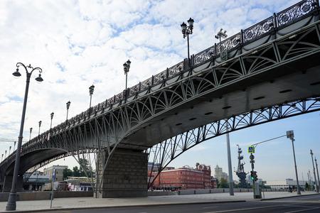 MOSCOW, RUSSIA - CIRCA JULY 2018  Bridge near Crist the Savior Cathedral Banco de Imagens - 105428065