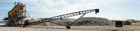 Transportador largo y montón de escombros