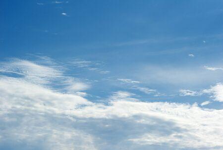 srebrne chmury na niebieskim niebie Zdjęcie Seryjne