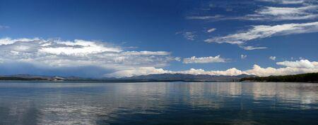 Gull Lake krajobraz w Parku Narodowym Yellowstone. Odbicie, słoneczny. Zdjęcie Seryjne
