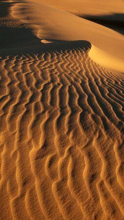 Zagubieni na pustyni  Desert, fal, złocisty piasek i piasek sky.white. Zdjęcie Seryjne